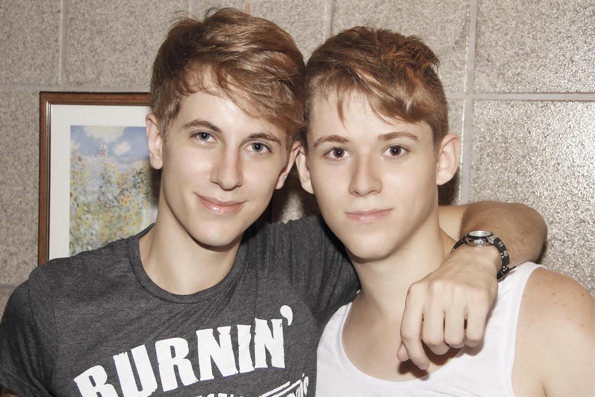 близнецы геи трахаются