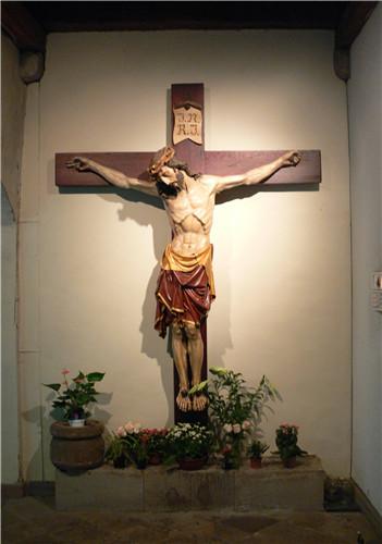 描绘耶稣身背十字架