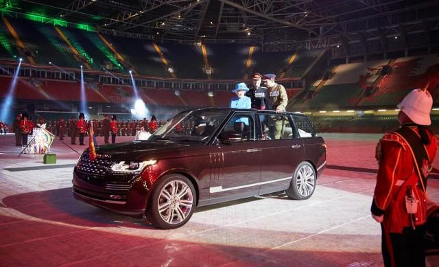 queen-elizabeth-ii-rides-in-a-2015-range-rover-hybrid-long-wheelbase_100514276_m