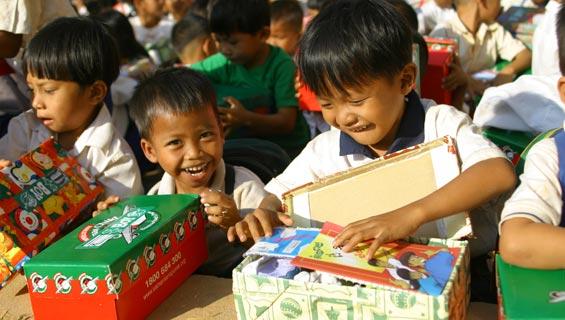 一个7岁的小男孩在慈善活动寄出了一个圣诞礼物