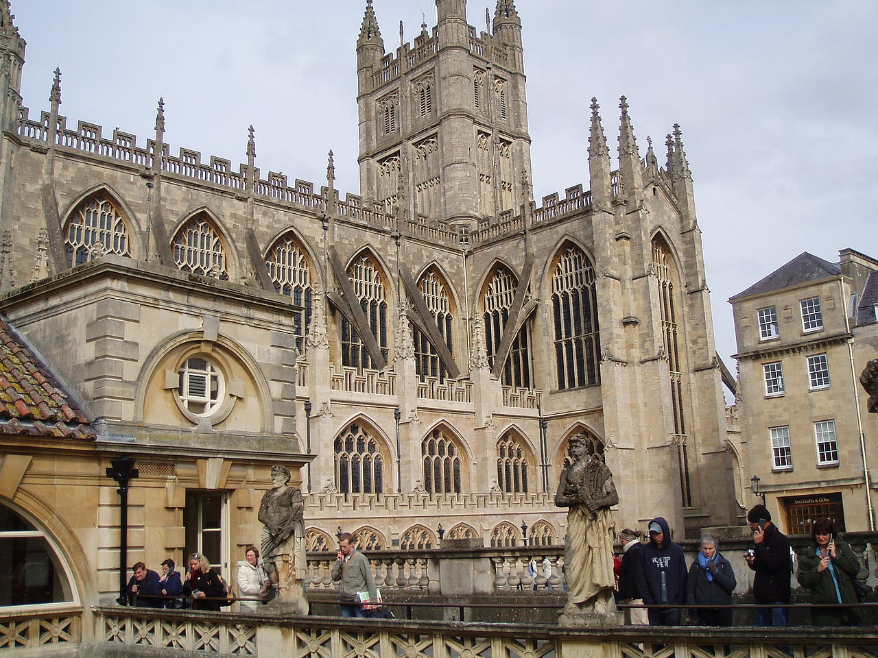 1280px-Bath_Abbey_From_Roman_Baths_Gallery