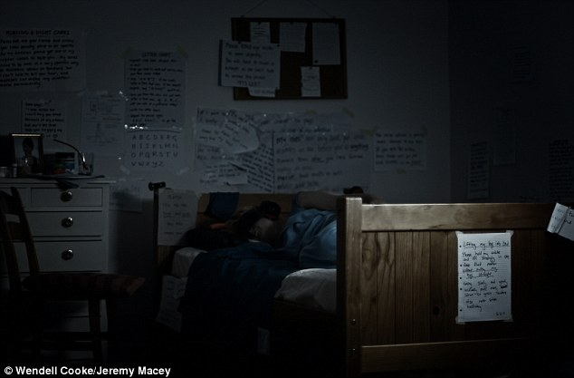 她戴著眼罩和耳機在一間小黑屋裡躺了十年,現在的她只想要爭取安樂死,這種病實在讓人生不如死!