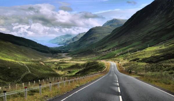 就这么一条全面展示苏格兰缥缈荒凉又仙境的公路,修了整整10年时间。 开通以后,就被冠上了世界最美的公路之名。 。 。 那必然是不能服众的。。。 众所周知,英伦三岛虽然面积不大,可浓缩了超多美丽景色,自然、历史、人文一个都不少。 相对于开好几个小时景色单一,一开始的惊艳变成枯燥的其它地方,英国的公路,显得尤其让人惊喜。