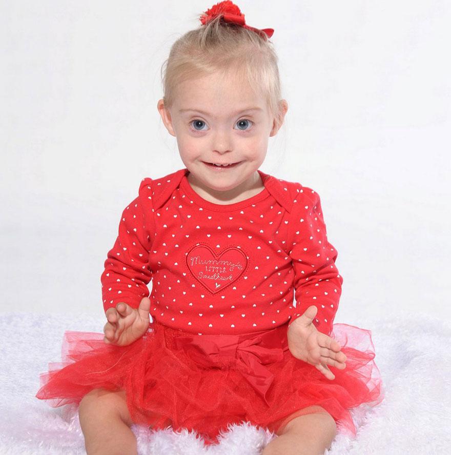 去当儿童模特 于是,小女孩的妈妈联系了模特经纪公司