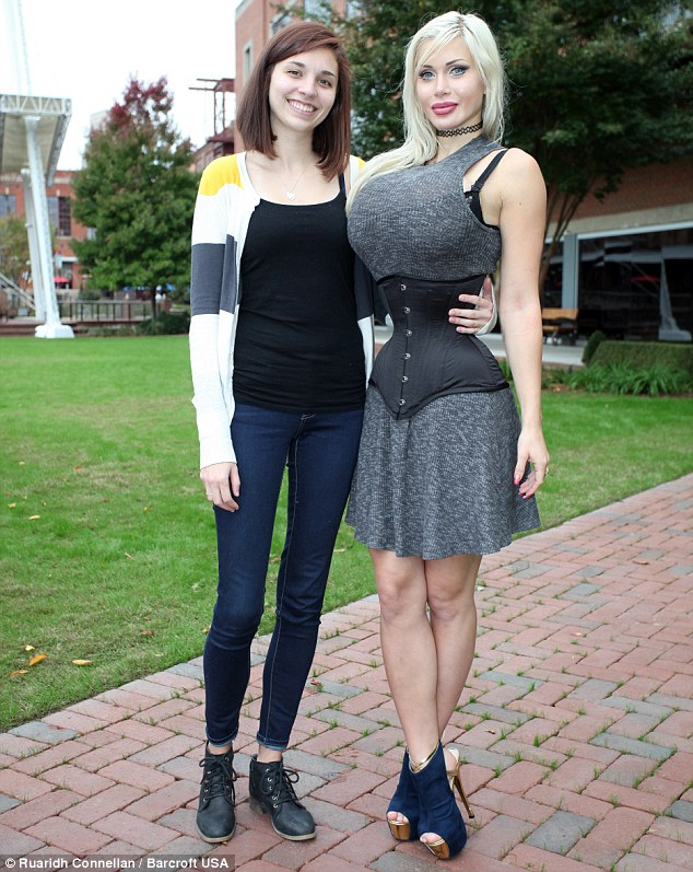 2ECDAFF400000578-3333707-Pictured_with_her_friend_Jennifer_Allen_after_her_rib_removal_su-m-34_1448473827408