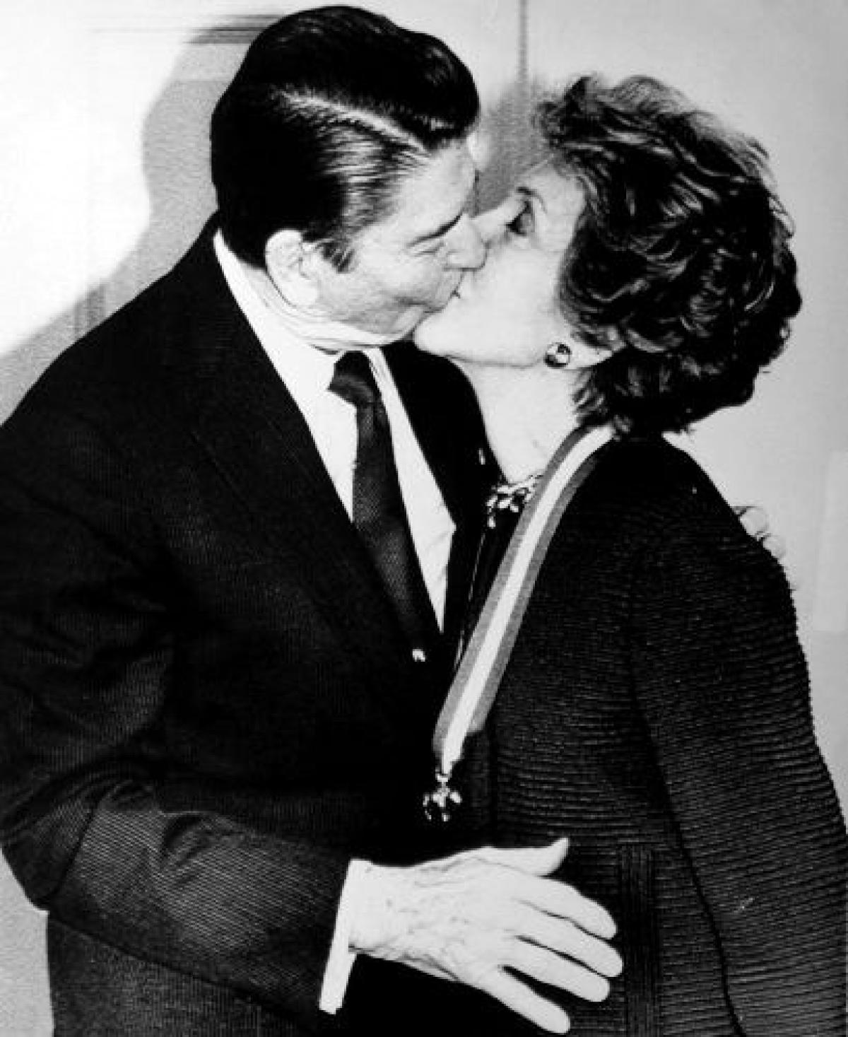 gal-politicians-kissing6-jpg