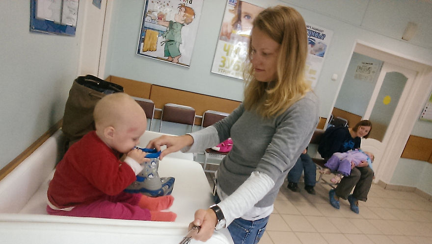 i-documented-what-its-like-to-be-a-mom-with-a-selfie-stick-13__880