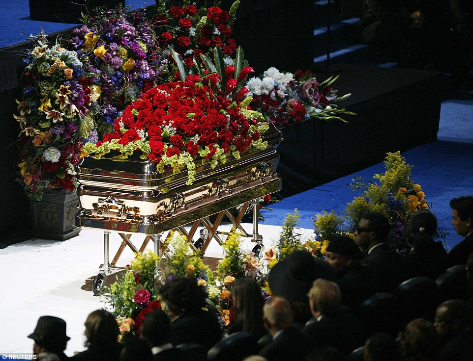 05A0B34A000005DC-3530308-Michael_Jackson_was_laid_to_rest_in_the_Promethean_casket_pictur-a-7_1460442586880