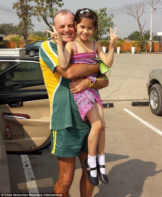 2BA3B49500000578-3209847-Stuart_Dempster_from_Brisbane_Queensland_hugging_his_daughter_Na-m-1_1440507395028