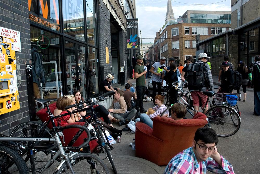 La zona di Brick Lane, Est di Londra, un tempo sinonimo di ghetti e omicidi (basti pensare a Jack the Ripper), e' oggi una delle zone piu' trendy di Londra. Non solo e' il quartiere della communita' del Blangadesh ma, da qualche anno e' anche il cuorre di un attivita' artistica laterale ed ecclettica. E' il luogo dove si possono fiutare le nuove tendenze e dove sicuramente nuove idee nascono. www.visitbricklane.org