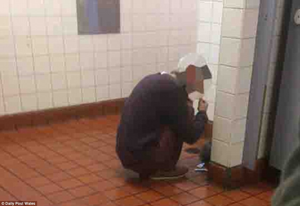3E01104F00000578-4284612-Another_man_was_snapped_in_the_bus_station_toilets_appearing_to_-a-57_1488820798976