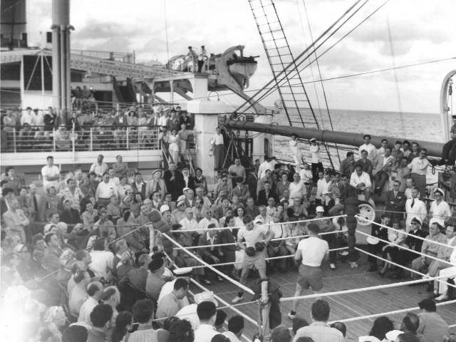 historical_photos_that_offer_a_glimpse_at_all_the_glamor_that_a_cruise_ship_traveling_was_back_then_640_37