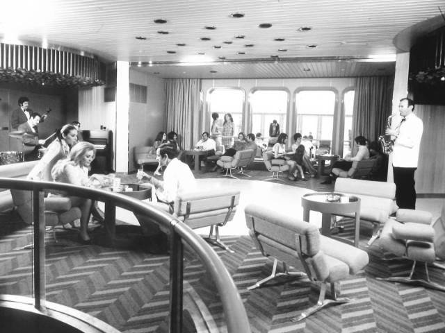 historical_photos_that_offer_a_glimpse_at_all_the_glamor_that_a_cruise_ship_traveling_was_back_then_640_59
