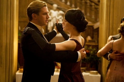 downton-abbey-s2-lady-mary-and-matthew-dancing-2