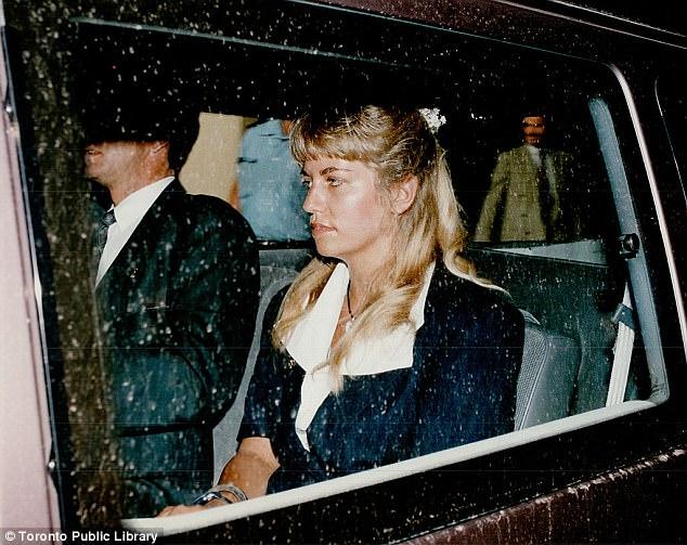 慢慢脱去她的衣服_一个经常到学校当志愿者的中年妇女,竟被曝出是连环杀手 ...