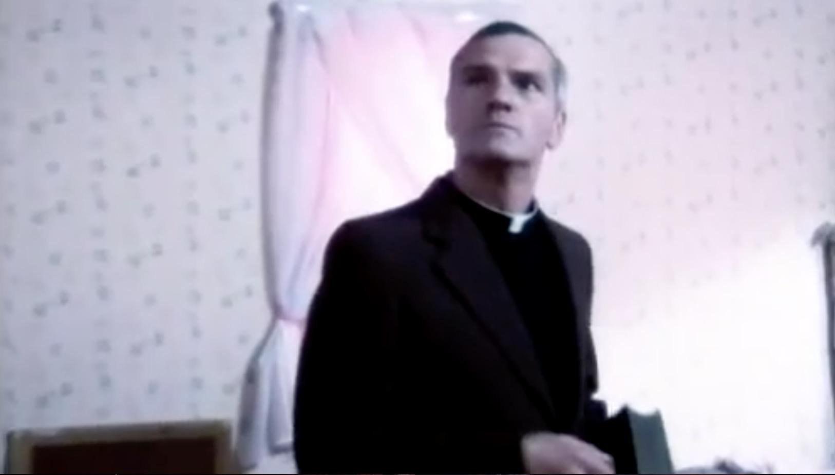 牧师来,感到有东西