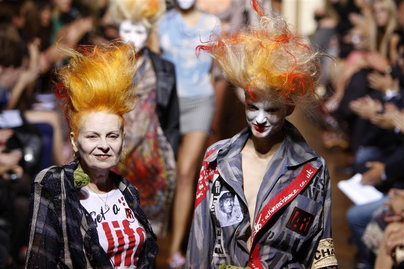 British fashion designer Vivienne Westwood (L) arrives with at model at the end of her Spring/Summer 2010 collection during Paris Fashion Week October 2, 2009. REUTERS/Jacky Naegelen (FRANCE FASHION)
