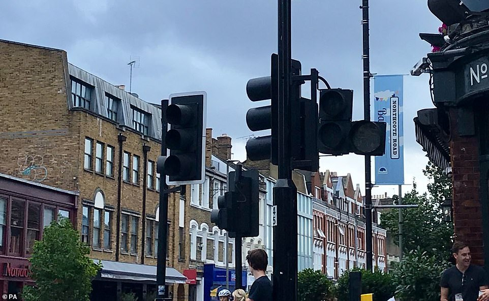 17103528-7342081-Traffic_lights_went_dark_on_Northcote_Road_near_Clapham_Junction-a-130_1565380440966