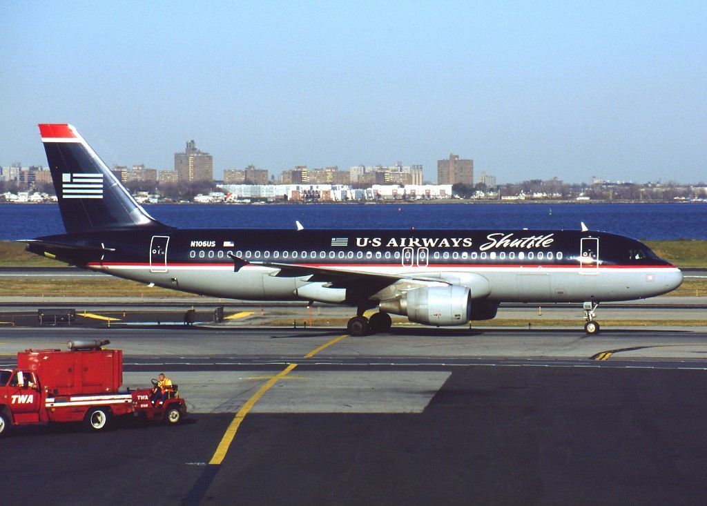 Airbus_A320-214,_US_Airways_Shuttle_AN0205775