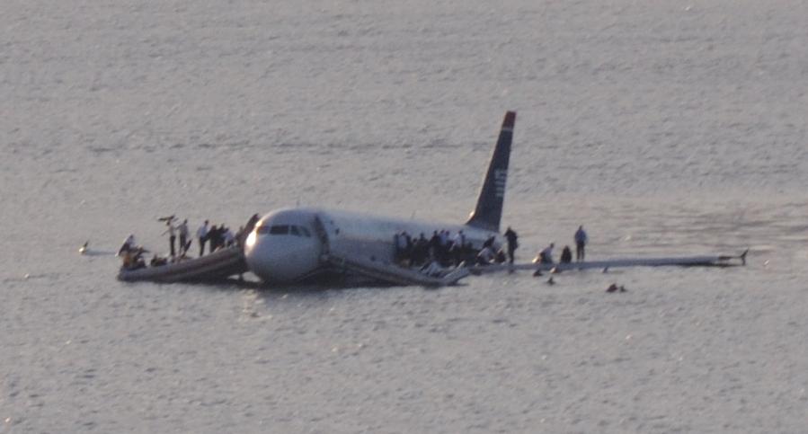 US_Airways_Flight_1549_(N106US)_after_crashing_into_the_Hudson_River_(crop_2)