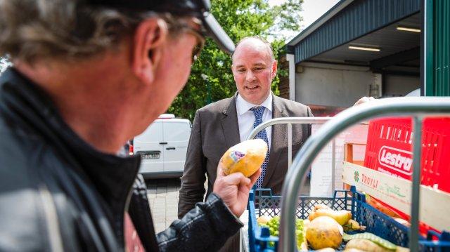 Reportage/Portrait: Cornelius Strangemann (Geschaeftsfuehrer Lestra Supermarkt) erlaubt das Containern - 12.07.2019 - Bremen.Mit Hinweisschildern an den Muelltonnen wendet sich das Unternehmen an sogenannte Lebensmittelretter und gibt ihnen Tipps, worauf sie bei weggeworfenen Waren achten sollen.