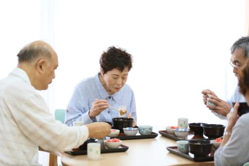 老人在用餐