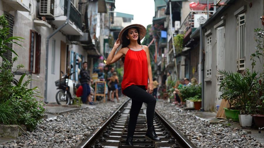 http_cdn.cnn.comcnnnextdamassets181119103936-hanoi-train-tracks