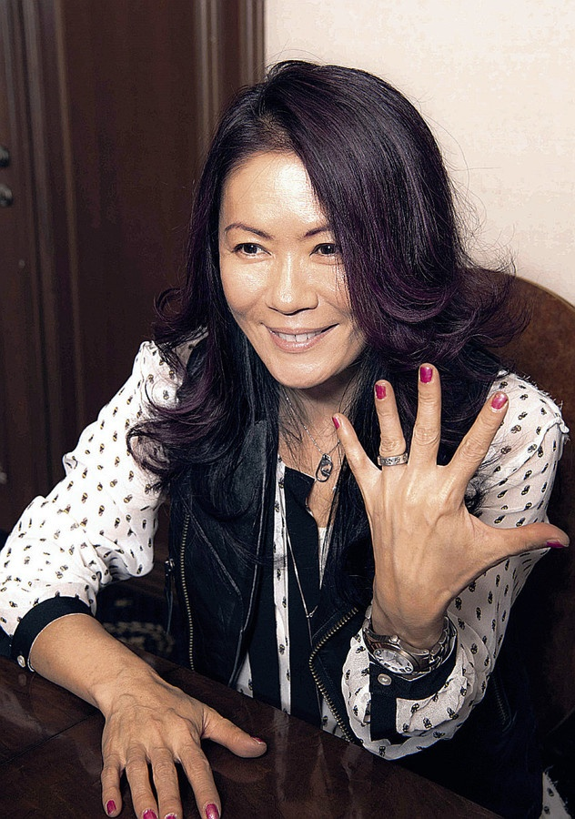 「ロックと再婚しました!」と左手薬指の指輪を見せる大黒摩季.jpg