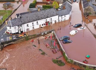 24806840-8010579-An_aerial_view_of_the_Welsh_village_of_Crickhowell_which_has_bee-a-400_1581891127354.jpg